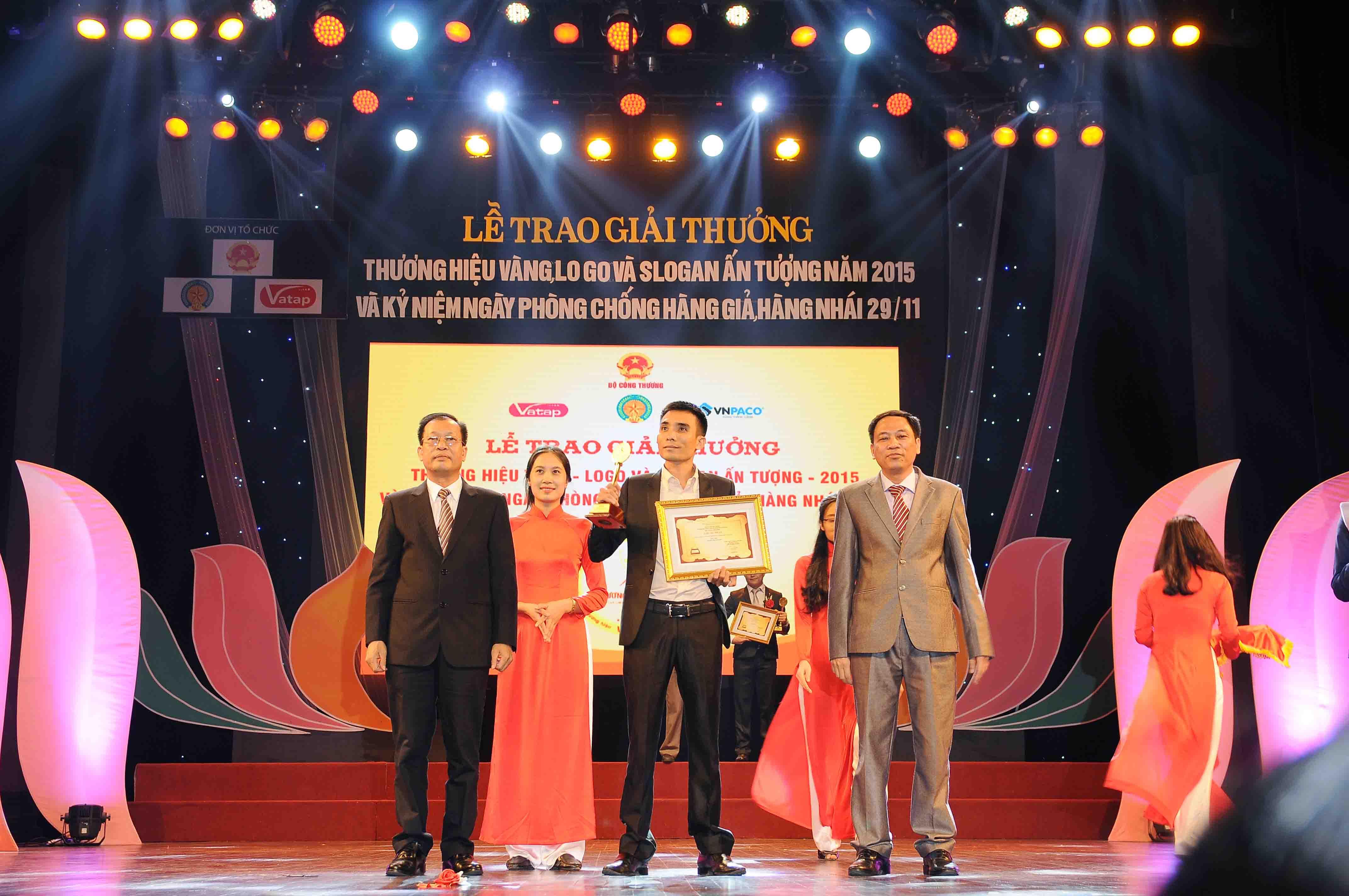 Ông Trần Văn Quảng - Đại diện công ty lên nhận giải thưởng